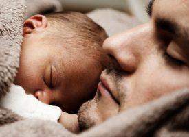 imagen de un padre durmiendo con su bebe